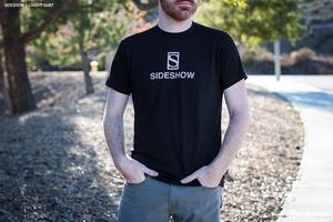 Одежда Футболка с логотипом Sideshow S Sideshow Collectibles Сайдшоутойс, сайдшоу колектиблс фотография-05.jpg